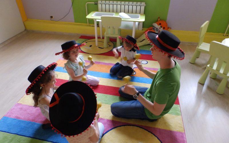 Нужно ли педагогу, работающему с малышами, профильное образование?